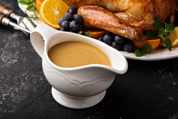 In de dag Klaar gerecht Homemade gravy in a sauce dish with turkey