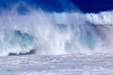 vague explosive, plage de l'Etang-Salé-les-Bains, île de la Réunion