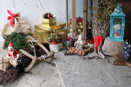 weihnachtsdeko vor der haust r stockfotos und lizenzfreie bilder auf bild 182667154. Black Bedroom Furniture Sets. Home Design Ideas