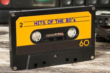 Ein Kassettenrecorder, Musikkassetten und die Musik der 80 Jahre