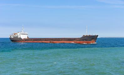 Altes Handelsschiff in Ufernähe