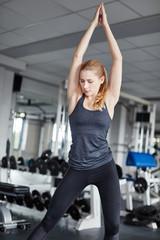 Junge Frau macht Gymnastik Übung