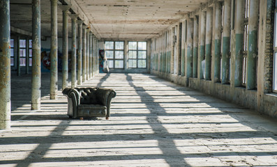Photo sur Aluminium Les vieux bâtiments abandonnés Chair in an abandoned factory