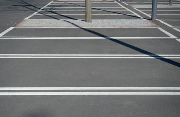 Leerer neuer Parkplatz mit weißen Markierungen und Asphalt