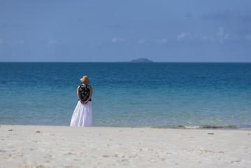 Frau im langen Rock alleine am Strand