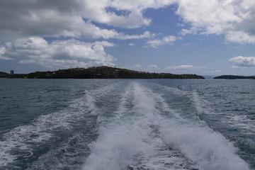 Blick vom Bootsende auf eine Insel