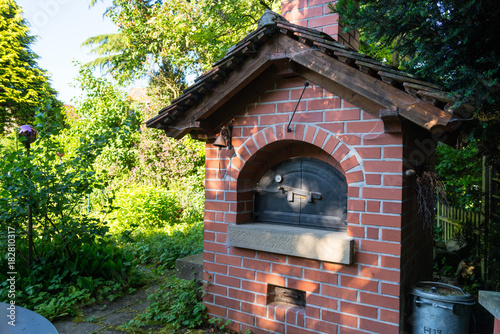 Gemauerter Garten Holz Backofen Mit Dach Stock Photo And Royalty