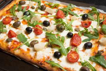 Foto auf AluDibond Lebensmittel Pizza vegetariana con mozzarella, sugo, pomodorini, rucola, cipolle, olive, capperi e origano