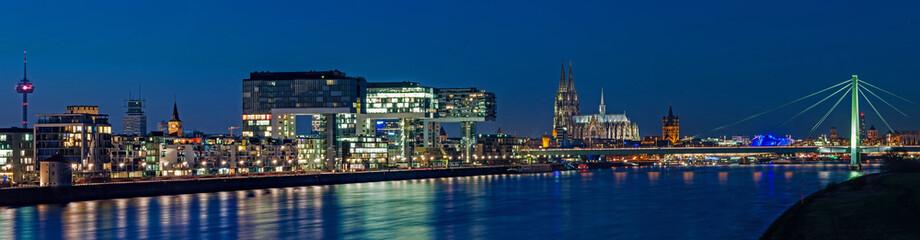 Köln – Kranhäuser und Dom in der Blauen Stunde; Deutschland