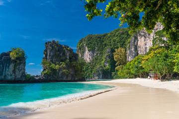 leeg strand bij de populaire toeristenplaats van Thailand - Hong Island
