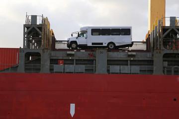 Containerschiff mit Bus/Wohnmobil an Deck