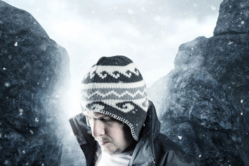 Erschöpfter Wanderer vor den Bergen und Nebel senkt den Kopf