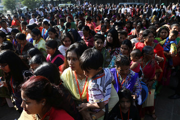 Devotees queue to join Pope Francis's mass in Dhaka