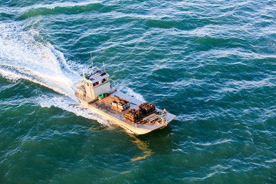 chaland rentrant de la marée avec le plein d'huitre pour les fêtes de fin d'année