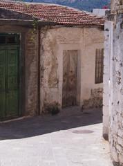 Domy w opuszczona wiosce na greckiej wyspie Krecie.