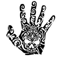 main tribal avec crane