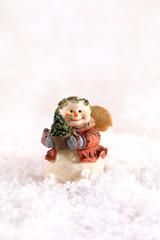 Weihnachten, Schneemann mit  Schal und Mütze im Schnee, Winter, Studioaufnahme