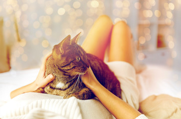 Fototapete - young woman with cat lying in bed at home
