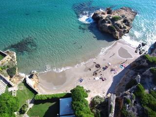 Playa de Tamarit, de estilo románico, está situado sobre un promontorio a orillas del mar Mediterráneo en el término municipal de Tarragona (España)