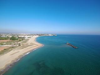 Playa de El castillo de Tamarit, de estilo románico, está situado sobre un promontorio a orillas del mar Mediterráneo en el término municipal de Tarragona (España)