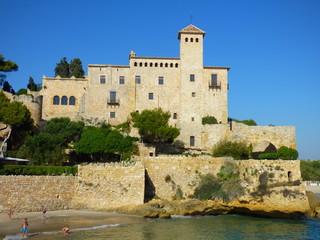 Castillo de Tamarit, de estilo románico, está situado sobre un promontorio a orillas del mar Mediterráneo en el término municipal de Tarragona (España)