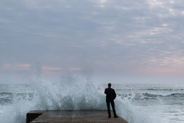 Sturm am Pier von Cascais, Portugal