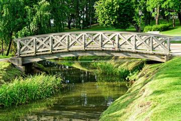 Brücke im Schlosspark Cesis, Lettland