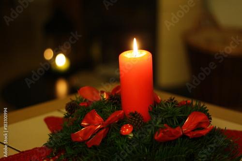 kerze rot tannen eibe gesteck weihnachten kerzenschein schleifen pilze stockfotos und. Black Bedroom Furniture Sets. Home Design Ideas