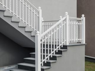 Moderne freitragende Treppe mit Granitauflage und Treppengeländer aus weiß lackiertem Aluminium - Modern self-supporting staircase with granite top and white lacquered aluminium railing