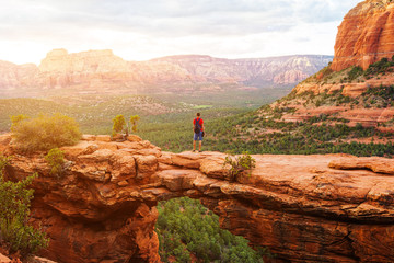 Stores à enrouleur Arizona Travel in Devil's Bridge Trail, man Hiker with backpack enjoying view, Sedona, Arizona, USA