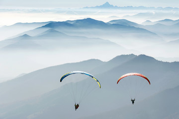 Photo sur Toile Aerien paragliding on the mountains