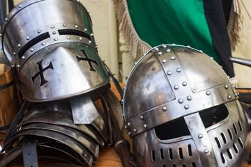 Mehrere Ritter-Helme auf einem Mittelaltermarkt