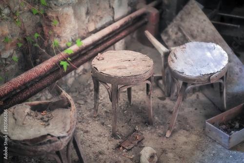Scopri sgabello old times h cm legno naturale base nera