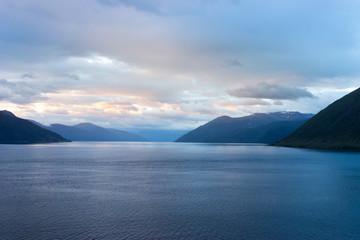 Dämmerung am Fjord in Norwegen
