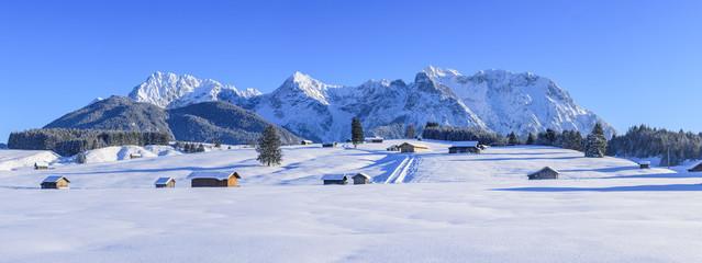 winterlicher Ausblick auf die Gipfel des Karwendelgebirges