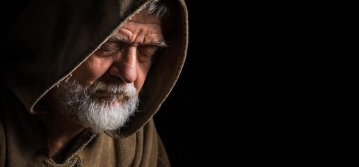 Mönch im dunkeln