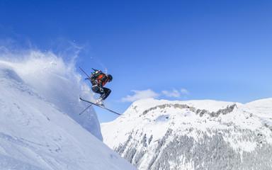 Könner auf Skiern im freien Gelände