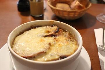 パリで一番おいしいオニオン・グラタンスープ/フランス料理は、イタリアの影響を受けた料理で、元は宮廷料理でした。フランス料理にはソースの種類が沢山あり発達しているのが特徴的です。 世界的にも有名な食材を使った料理が有名で、フォアグラやキャビア、トリュフなどの世界三大珍味を楽しむことができます。