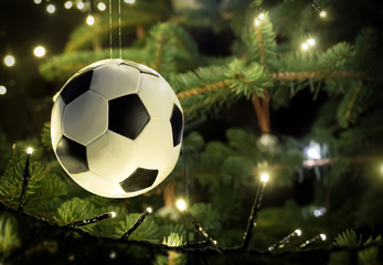 Fussball hängt am Weihnachtsbaum, ideal für Fussballvereine, Nahaufnahme