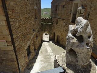 Muralla de Puertomingalvo. Pueblo en Parque Cultural del Maestrazgo en la comarca de Gúdar-Javalambre, en la provincia de Teruel en Aragón, España