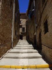 Calle y casas de Puertomingalvo. Pueblo en Parque Cultural del Maestrazgo en la comarca de Gúdar-Javalambre, en la provincia de Teruel en Aragón, España