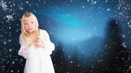 neugieriges kleines Mädchen vor Winter-Hintergrund