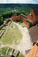 Blick vom Turm auf die Burg Turaida im Gauja Nationalpark, Lettland