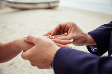 Ring anstecken Bräutigam steckt Braut Ring an