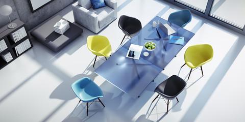 Tischgruppe mit bunten Stühlen in stylishem Loft