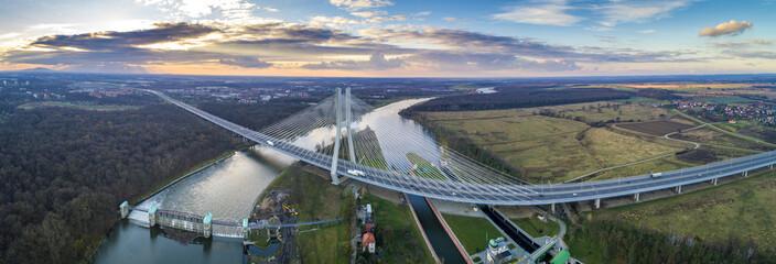 Most Rędziński na rzece Odrze we Wrocławiu z lotu ptaka. Najwyższy most wantowy o wysokości...