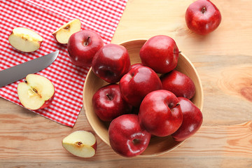 Plate with delicious red apples on table
