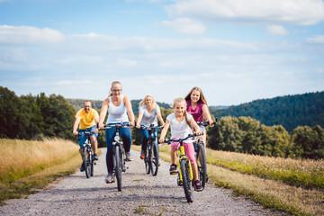 Familie fährt Fahrrad auf dem Land am Nachmittag