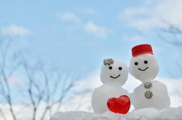 赤いハートとふたりの雪だるま