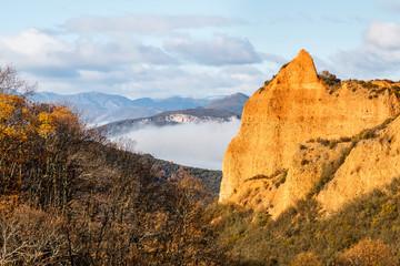 Bosque de robles y farallón en Las Médulas. Explotación minera de oro romana. Patrimonio de la Humanidad de la Unesco. El Bierzo, León, España.